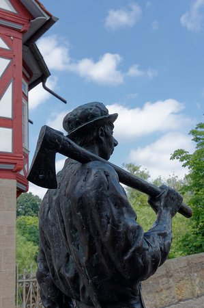 Melsungen, Almanya: Tree feller bronze statue at the bridge