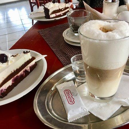Restaurace A Kavarna Pod Vezi: Cafe Latte and a most delicious Schwarzwälder Kirschtorte