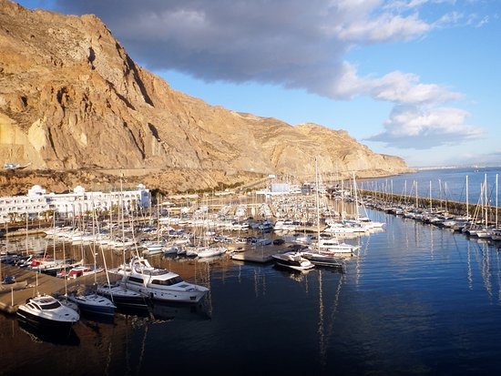 Aguadulce, Spanien: This is a picture of where we are and the mountanin we are we dive