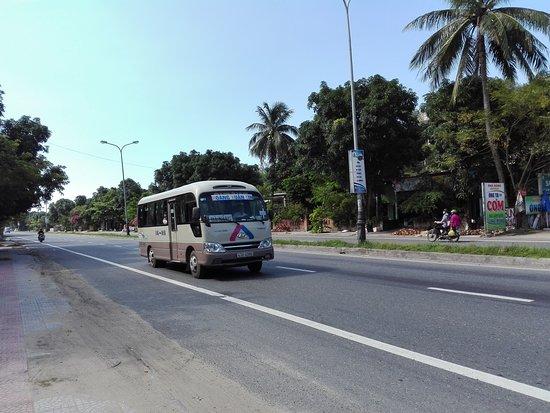 Lang Co, Vietnã: Highway in front of the resort