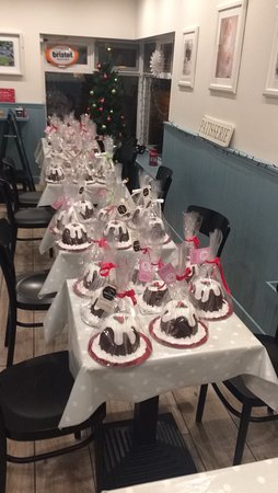 "Sixmilebridge, Irland: Belgian chocolate ""Christmas puddings "" ready for collection."