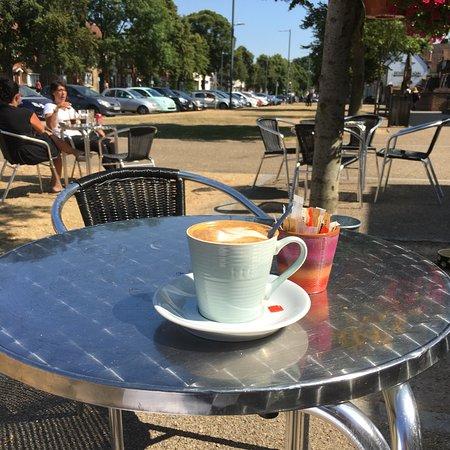 Baldock, UK: Contemporary cafe, great selection, nice settting