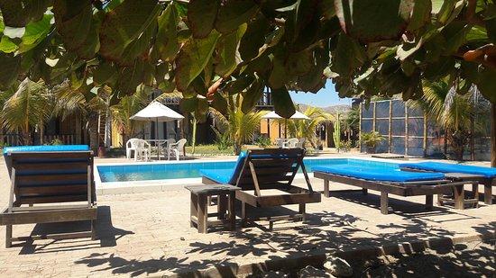 Punta Pacífico Bungalows: Nuestra área de esparcimiento y piscina