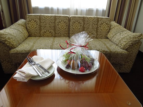 Hotel Am Parkring: The gift fruit included cherries, red and green grapes, kiwi, and pears!