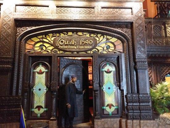 Oudh 1590: Entrance