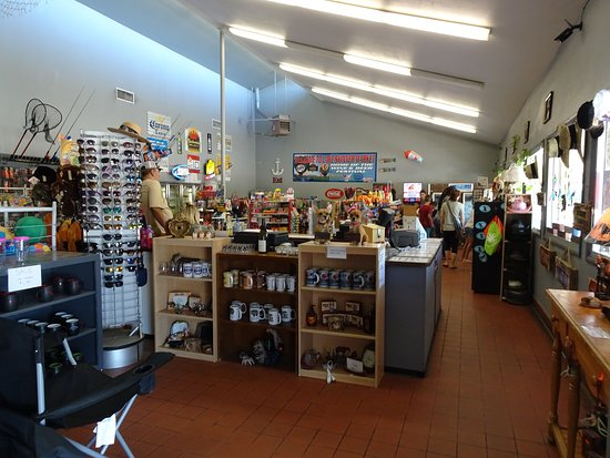Winchester, Калифорния: Gift shop and convenience store inside the park