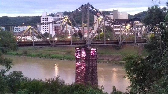 Hotel Blumenhof: Ponte sobre o Rio Itajaí, vista da janela do corredor do meu apto.