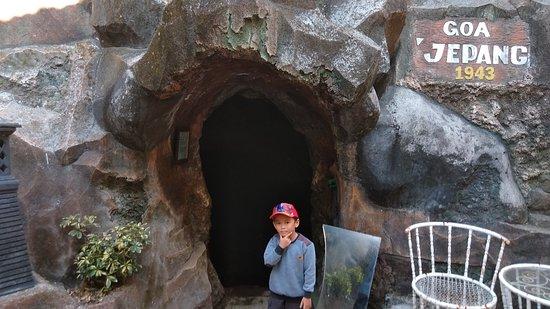 Prigen, Indonesia: Di depan gua