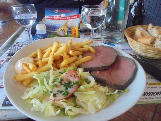 Commercy, França: rosbif, frites, salade.