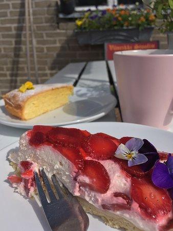 Kuru, Finlândia: Coffee with strawberry and lemon cakes