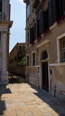 Friendly Venice Suites: Entrance of the hotel