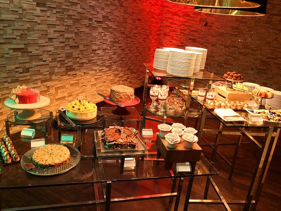 Favola at Le Meridien: dessert buffet paradise