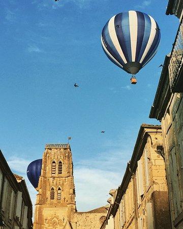 Gers, Frankreich: Montgolfière au dessus de Lectoure