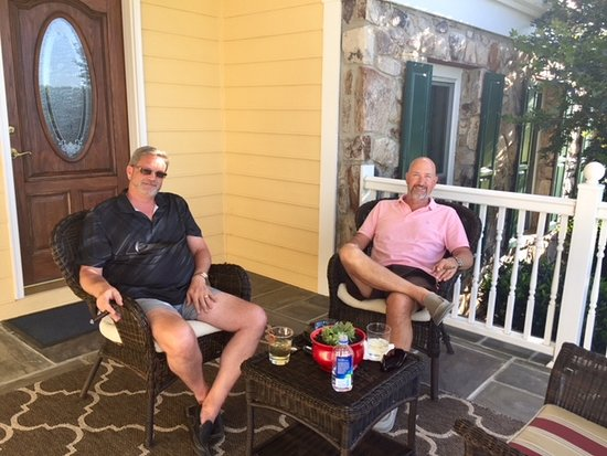 Paeonian Springs, Virginie : My husband enjoying a cigar on one of the sitting areas on front porch with Richard one of the h
