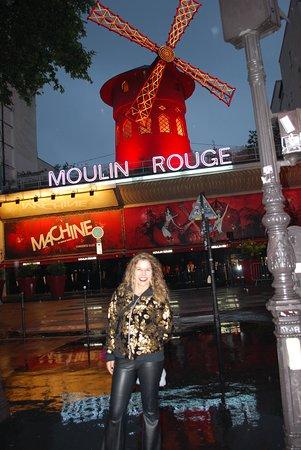 Moulin Rouge: Frente do Moulin, à Noite!