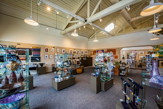 Oak Harbor, WA: Spacious gallery of local art gifts