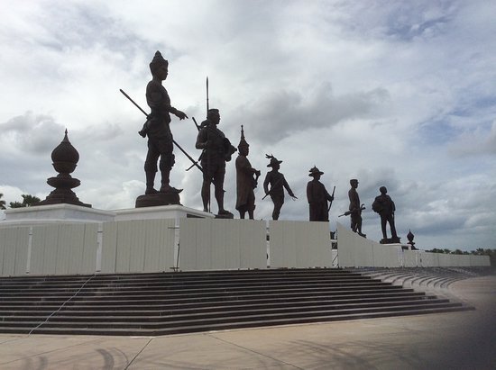7 Kings of Siam Statues: Being dark bronze hard to get a clear picture to do them justice