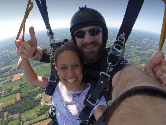 Weedsport, État de New York : Julie and Luke flying through the air! Look at that view! Amazing!!