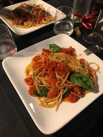 La Rondinella: Spaghetti Pomodori with Basil
