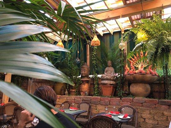 Nicky's Thai Kitchen: Garden Seating Area
