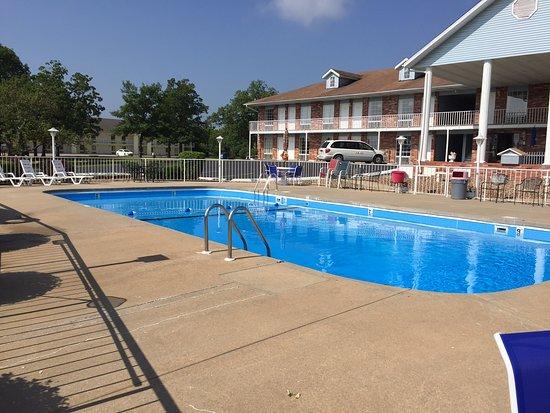 Twelve Oaks Inn: Seasonal outdoor swimming pool