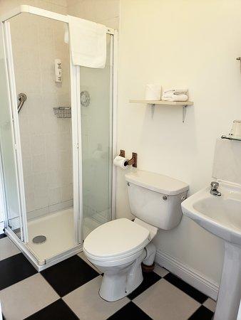 Annascaul, Ирландия: Nice sized bathroom