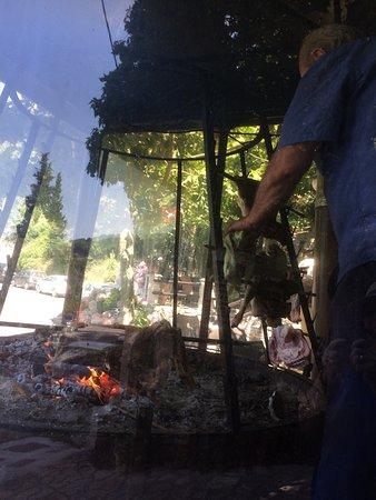 Chromonastiri, Grèce : Lamb cooking over coals