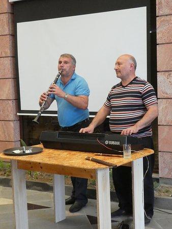 Haghpat, Αρμενία: musikalische Unterhaltung während des Mittagessens