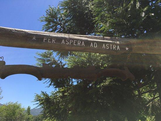 """Paine, Chile: Entrada a las Casas del Fundo, frase que significa """"A través del esfuerzo se logra el Triunfo""""."""