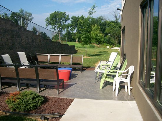 Shippensburg, Pensylwania: The very small outdoor back of the hotel patio seating