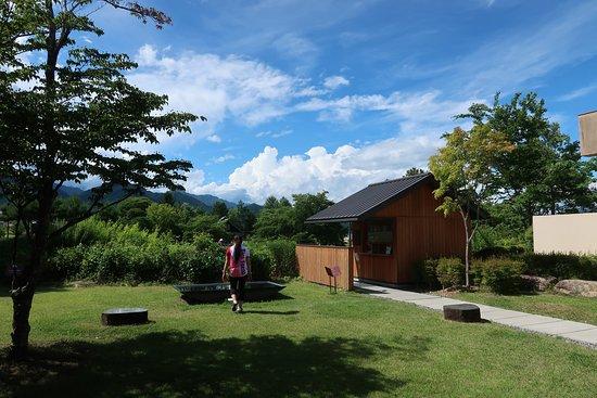 Chihiro Art Museum Azumino: ラベンダー畑に通じます。