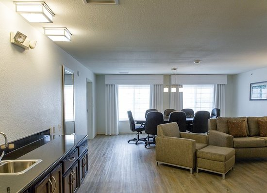 Holiday Inn & Suites Airport: Suite
