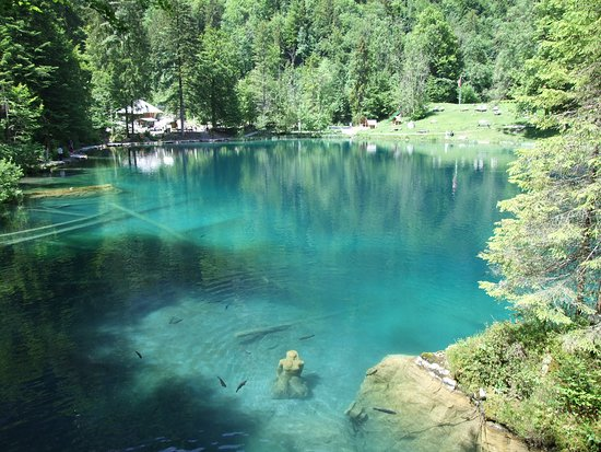 Blausee-Mitholz, Switzerland: Statue of the women in the lake