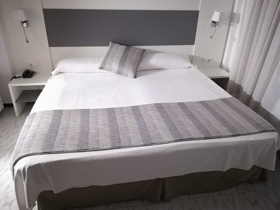 letto king size - Picture of Hotel Amic Miraflores, Can Pastilla ...