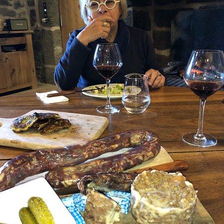 Saint-Chely-d'Aubrac, Frankreich: Très bon aligoté et très bonnes grillades avec la viande de l'exploitation familiale. Un endroit