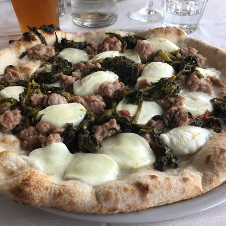 Garlate, Italien: Pizza Partenopea: salsiccia, friarielli e mozzarella, tutto squisito!