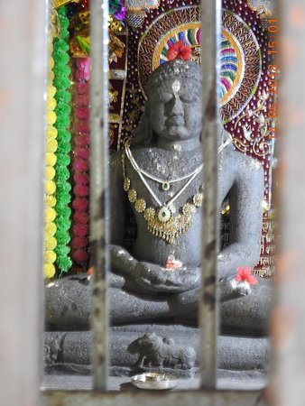 Kangra, Indie: Idol of Lord Mahavir at the Fort