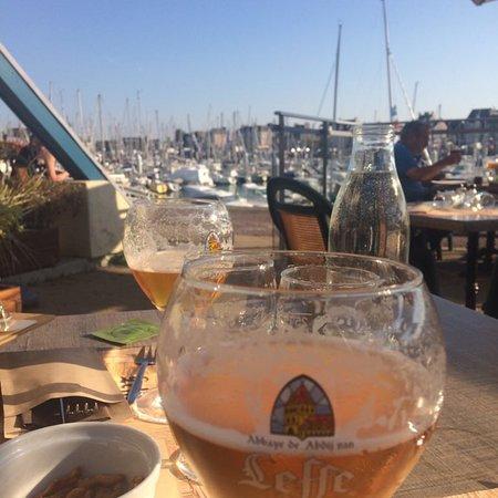 Terrasse de rêve par beau temps - Picture of La Marina, Saint-Vaast ...