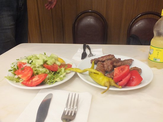 Sultanahmet Koftecisi: Котлетки и салат