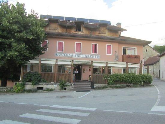 Puos d'Alpago, Italië: L'esterno della Locanda