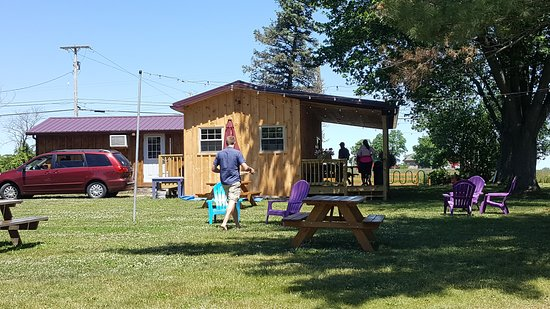Penn Yan, NY: The small order stand, tables to enjoy the ice cream