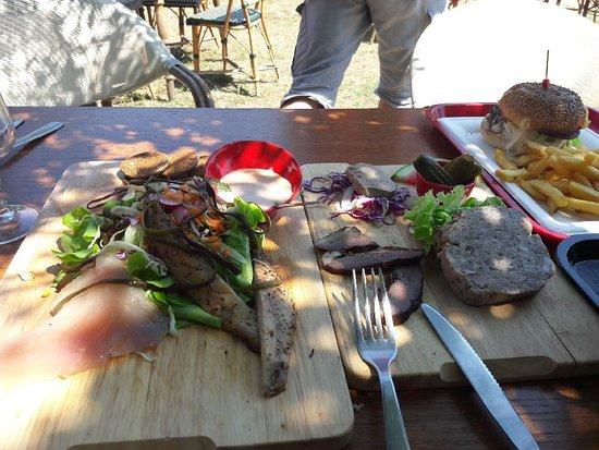 Saint-Gildas-de-Rhuys, France: plancha de poisson et de charcuterie + hotdog frite