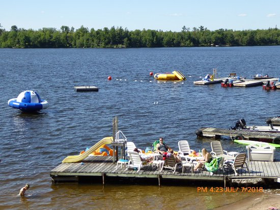 Callander, Canada: Beach, beach toys and boat slips.