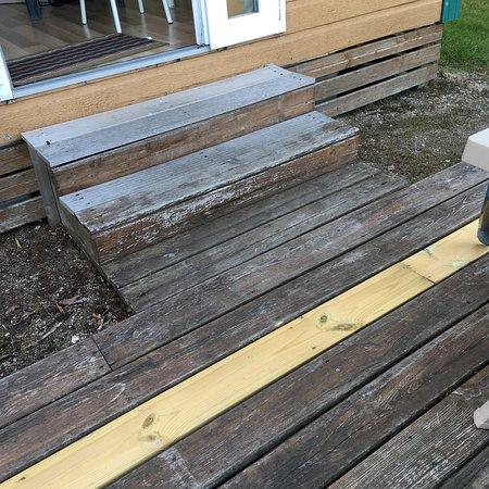 Terrasse et « salon de jardin » . Façade du chalet sale ...