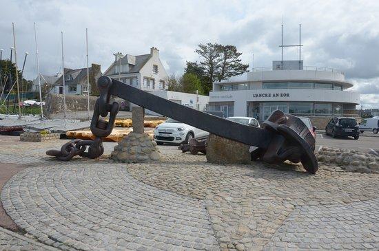 Ploudalmezeau, France: l'ancora sul piazzale