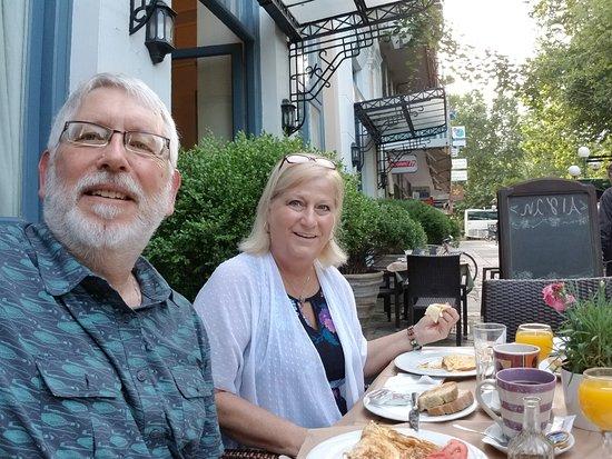 Hotel Panellinion: Wonderful free breakfast outside next door.