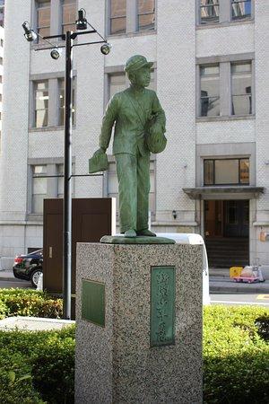 Statue of Shimbun Shonen