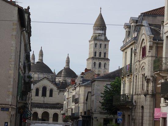 Cathedrale St-Front: La cathédrale vue de la Rue Saint-Front