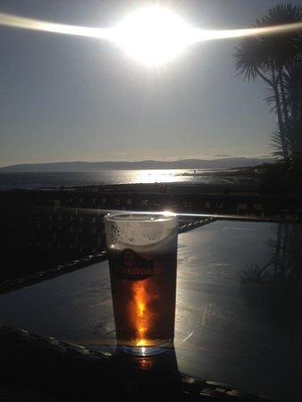 Blackwaterfoot, UK: Tisch im Außenbereich mit Meerblick