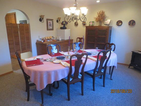 Tudor Rose Bed & Breakfast and Chalets: dining room table
